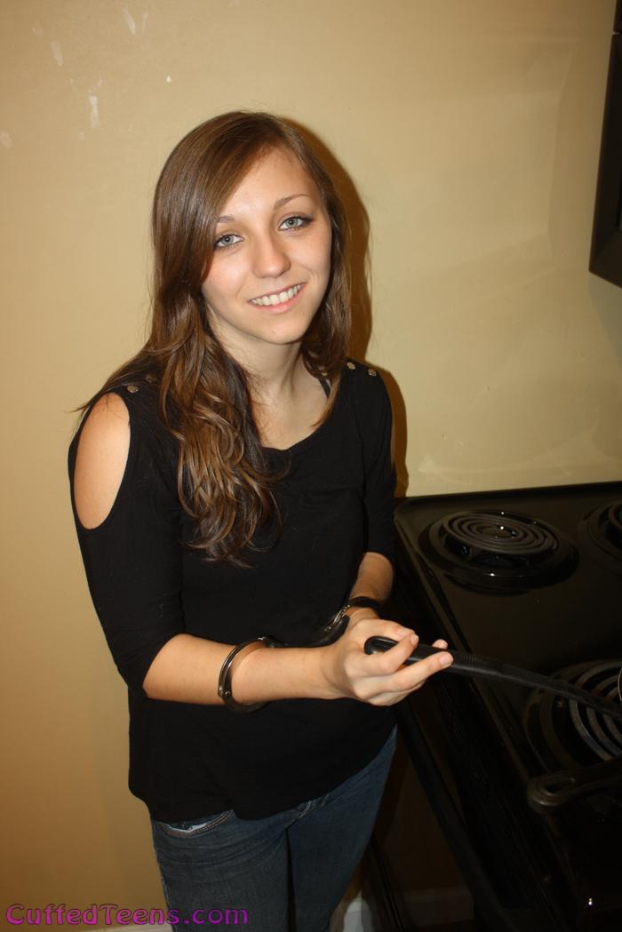 Nikki Lynn – frying in speedcuffs